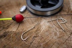 Рыболовные принадлежности на деревянной предпосылке Стоковые Изображения