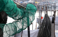 Рыболовные сети в рыбацкой лодке на гавани Стоковое Изображение RF
