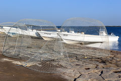Рыболовные сети и рыбацкие лодки в порте стоковая фотография
