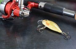 Рыболовные снасти - закручивать рыбной ловли, удя линия, крюки и Wobblers на предпосылке Стоковые Фото