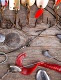 Рыболовные снасти и ложка на деревянном Стоковое Изображение RF