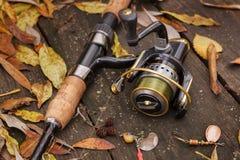 Рыболовные снасти на деревянной поверхности. стоковое фото rf