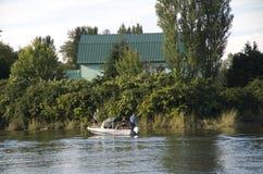 Рыболовство вылазки семьи на реке фермой Стоковая Фотография RF
