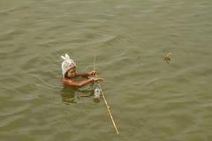 рыболовство мальчика немногая Стоковые Изображения