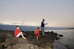 Рыболовство семьи озером Стоковая Фотография
