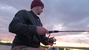 Рыболовство человека на озере сток-видео