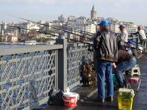 Рыболовы в мосте Galata Стамбул индюк стоковое изображение rf