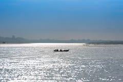 Рыболовы в шлюпке на реке Irrawaddy в Мандалае, Мьянме, Бирме Скопируйте космос для текста стоковое фото rf