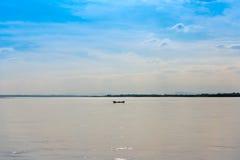 Рыболовы в шлюпке на реке Irrawaddy в Мандалае, Мьянме, Бирме Скопируйте космос для текста стоковые фото
