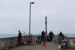 Рыболовы ждать на пристани Стоковое Изображение RF