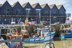 Рыболовы и рыбацкие лодки в гавани Whitstable стоковое фото rf