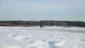 Рыболовы идут на покрытый снег лед Стоковая Фотография RF