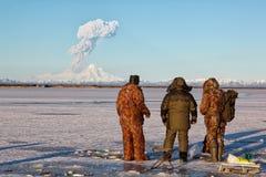 Рыболовы наблюдают извержением вулкана Sheveluch Стоковая Фотография RF