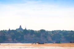 Рыболовы на береге реки Irrawaddy, Мандалая, Мьянмы, Бирмы Скопируйте космос для текста стоковое фото