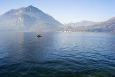Рыболовы на воде озера зимы мать 2 изображения дочей цвета Стоковая Фотография RF