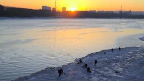 Рыболовы на заходе солнца в зиме видеоматериал