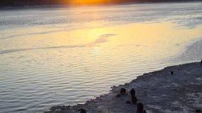 Рыболовы на заходе солнца в зиме сток-видео