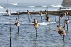 Рыболовы поляка на работе в раннем утре на Koggala на южном береге Шри-Ланки Стоковые Фотографии RF