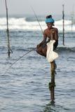 Рыболовы поляка на работе в раннем утре на Koggala на южном береге Шри-Ланки Стоковые Изображения