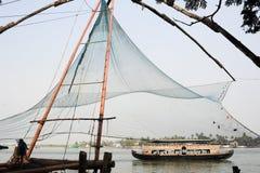 Рыболовы приводятся в действие китайскую рыболовную сеть Стоковая Фотография