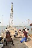Рыболовы приводятся в действие китайскую рыболовную сеть Стоковое Фото