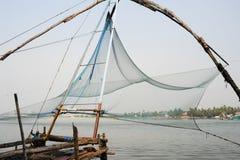 Рыболовы приводятся в действие китайскую рыболовную сеть Стоковое фото RF