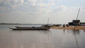 Рыболовы, рыболовная сеть, рыбацкая лодка, пляж видеоматериал