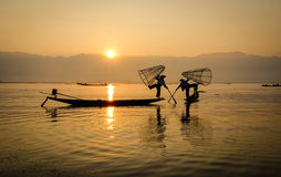 Рыболовы с шлюпками на озере инкрустаци в Шани, Мьянме Стоковое Изображение