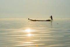 Рыболовы улавливают рыб для еды в восходе солнца в озере Inle Стоковое Изображение