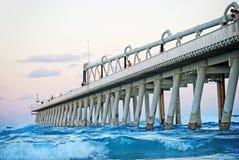 Рыболовы удя в красивом океане вертела, Gold Coast, Австралии стоковые изображения