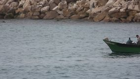 Рыболов возвращающ от рыбной ловли в шлюпке сток-видео