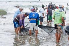 Рыболов вытягивая в их сетях стоковое изображение