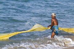 Рыболов вытягивая сеть от пляжа в Шри-Ланке Стоковое Фото