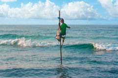 Рыболов в океане Традиционное sri lankan сидит рыболов Стоковое фото RF