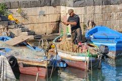 Рыболов в доке - Siracusa Стоковые Изображения