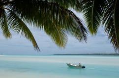 Рыболов в рыбацкой лодке на Острова Кука лагуны Aitutaki Стоковое Изображение RF