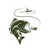 рыболов в шлюпке и большом басе рта Стоковая Фотография RF
