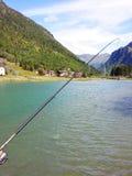 Рыболов держа рыбу радужной форели Стоковые Фото