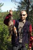 Рыболов держит некоторые хариусов и окуней Стоковое Изображение RF