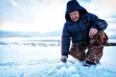 Рыболов зимы на озере Стоковые Фотографии RF