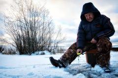 Рыболов зимы на озере Стоковые Фото