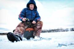 Рыболов зимы на озере Стоковая Фотография RF