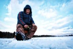 Рыболов зимы на озере Стоковое Фото
