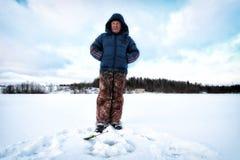 Рыболов зимы на озере Стоковые Изображения RF