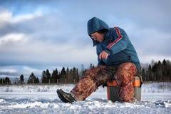 Рыболов зимы озера Стоковые Фото