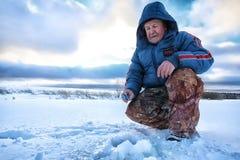 Рыболов зимы озера Стоковая Фотография RF