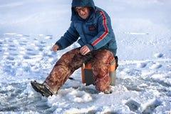 Рыболов зимы озера Стоковое Изображение
