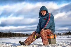 Рыболов зимы озера Стоковые Изображения