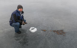 Рыболов и рыбная ловля зимы стоковые фото