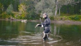 Рыболов копья показывает пресноводную рыбу на после охотиться в реке леса Стоковая Фотография RF